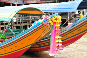 COULORFUL TURIST LANG-TAIL BOATS OM CHAO PHRAYA RIVER